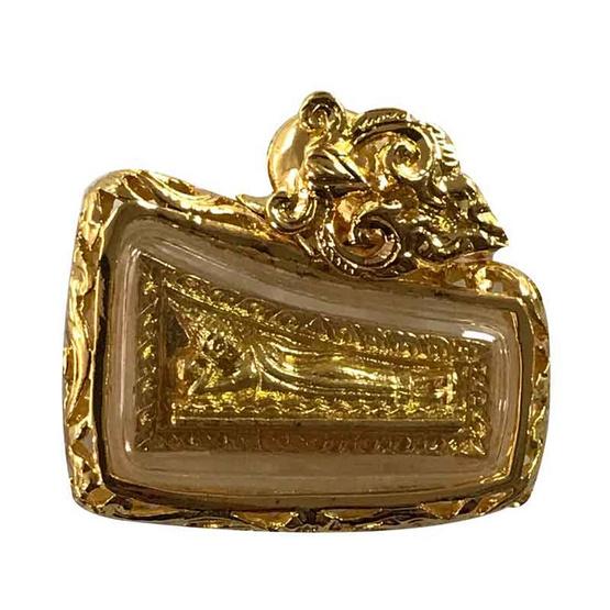 เหรียญพระนอน พระประจำวันอังคาร วัดเลา เนื้อทองทิพย์ เลี่ยมกรอบสำริดบรอนซ์ ชุบทองลายฉลุ